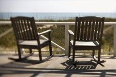Stoelen op Portiek die Strand onder ogen ziet stock afbeelding