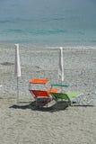 Stoelen op strand Stock Foto