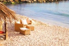 Stoelen op strand Stock Afbeeldingen