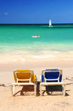 Stoelen op zandig tropisch strand royalty-vrije stock foto's