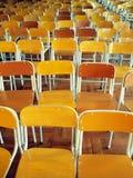 Stoelen in schoolzaal Stock Foto