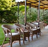 Stoelen in tuin Royalty-vrije Stock Afbeelding