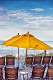 Stoelenlijst en Paraplu op een Promenade bij het Strand Royalty-vrije Stock Foto
