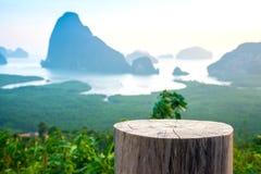 Stoelstompen en sa-ontmoeten-nang-zij het oriëntatiepunt van bergmeningen in Phan stock foto