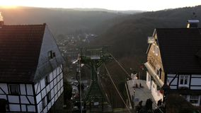 Stoeltjeslift bij Kasteel Burg (Schloss Burg) in Solingen met Mooi Weergeven over Stad en Bergen in zonreeks stock videobeelden