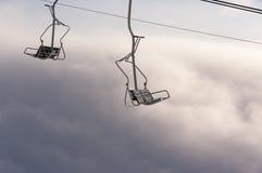 Stoeltjeslift boven de wolken Stock Fotografie