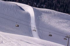 Stoeltjeslift boven skihelling Royalty-vrije Stock Afbeeldingen