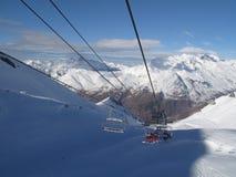 Stoeltjeslift die een berg beklimt Royalty-vrije Stock Afbeelding