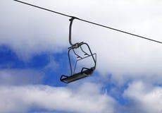 Stoeltjeslift en bewolkte hemel Stock Fotografie