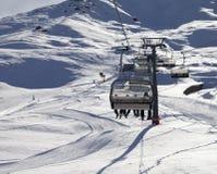 Stoeltjeslift en skihelling bij zonavond Royalty-vrije Stock Afbeeldingen