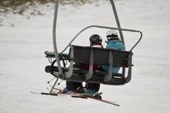 Stoeltjeslift met skiërs Royalty-vrije Stock Foto