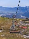 Stoeltjesliften bij Alpiene skitoevlucht in de zomer Stock Foto