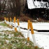 stoep dichtbij het huis en de witte gele stationaire parkerenpool versterkt tegen de ingang van voertuigen Relevant wanneer dan stock afbeelding