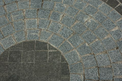 Stoep van graniet van verschillende kleuren in de vorm van een cirkel in de binnenplaats van de kerk Royalty-vrije Stock Fotografie