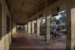 stoep voor voetgangers die vooraan erfenis Malioboro-gebied bouwen stock fotografie