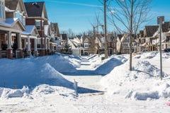 Stoepen dichtbij huizen van sneeuw door ingezetenen worden ontruimd die royalty-vrije stock foto