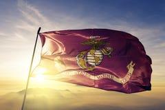 Stof die van de de vlag de textieldoek van Verenigde Staten Marine Corps op de hoogste mist van de zonsopgangmist golven royalty-vrije illustratie