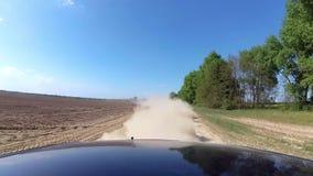 Stof die van het automobiele wielen automobiele drijven op landelijke grintweg toenemen stock footage
