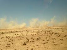 Stof omhoog door auto wordt geworpen, die in Jordanian woestijn drijven die stock afbeelding