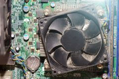Stof op de koeler van computerpc cpu met motherboard en een fragment van het computergeval royalty-vrije stock afbeeldingen