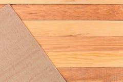 Stof op houten lijst De zachte bruine geweven textuur van de linnenstof/ Stock Foto