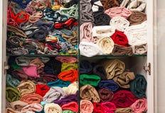 Stof van de garderobe de kleurrijke doek op plankenmanier Stock Foto