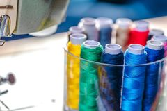 Stof van diverse types en voorwerpen voor het naaien Multicolored stof, draadspoelen, naalden, een naaiende poot is nodig voor he stock afbeelding