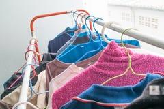 Stoff des selektiven Fokus, der an der Wäscheleine am Innenbalkon nach Wäsche hängt Lizenzfreie Stockfotografie