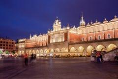 Stoff Hall in der alten Stadt von Krakau nachts Lizenzfreie Stockfotos