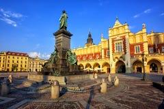 Stoff Hall und Adam Mickiewicz Monument, Krakau, Polen Stockfotos