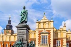 Stoff Hall und A Mickiewicz-Monument in Krakau, Polen, Europa Stockfotografie