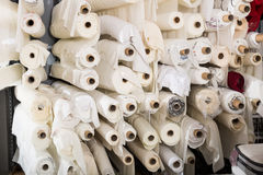 Stoff rollt im Textilspeicher Stockbild