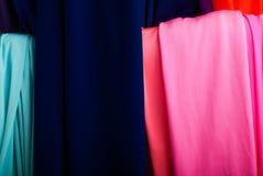 Stoff von verschiedenen Farben auf dem Markt Stockfotografie