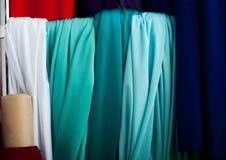 Stoff von verschiedenen Farben auf dem Markt Lizenzfreie Stockbilder
