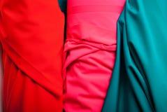 Stoff von verschiedenen Farben auf dem Markt Stockbilder