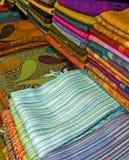 Stoffen op een marktkraam Stock Fotografie