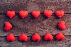 Stoffen rood hart op houten achtergrond stock afbeelding