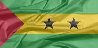 Stoffenvlag van Sao Tomé en Principe Vouw van de vlagachtergrond van Sao Tomé en van Principe royalty-vrije illustratie