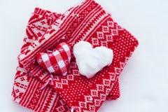 Stoffherz und geformter Schneeball des Herzens Stockfotos