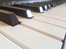 Stoffig pianotoetsenbord stock foto's