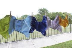 Stoffwindeln, die an der Wäscheleine hängen Stockbild