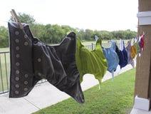 Stoffwindeln, die an der Wäscheleine hängen Lizenzfreies Stockfoto