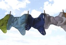 Stoffwindeln, die an der Wäscheleine hängen Lizenzfreie Stockfotografie