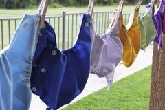 Stoffwindeln, die an der Wäscheleine hängen Stockfotografie