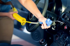 Stofverwijdering met luchtkanon bij autowasserette Stock Afbeelding