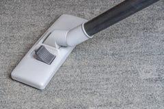 Stofzuiger op het grijze tapijt stock afbeelding