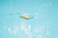 Stofzuiger in pool Stock Foto