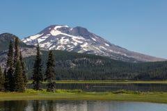 Stoi Paddlers Up Cieszy się lato ranek przy iskrami jezioro, Oregon zdjęcia stock