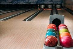 stoi z kolorowymi kręgle piłkami w klubie w przodzie zdjęcie royalty free