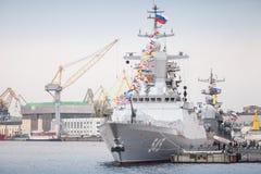 Stoikiy-Kriegsschiff auf Neva, Steregushchy-Klasse Korvette Lizenzfreie Stockfotos